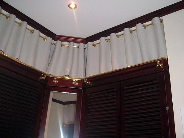 Tapissier ameublement decoration interieur a vannes for Pose tringle a rideaux